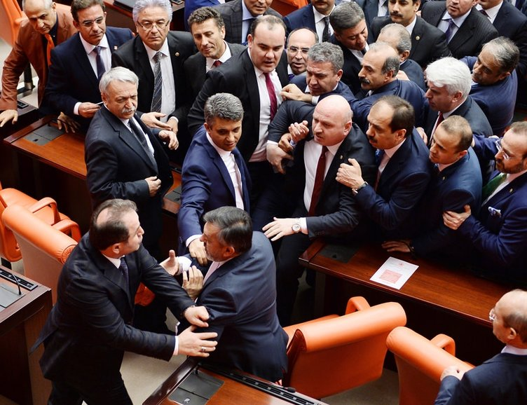 Cumhurbaşkanı'na hakaret eden vekile oturum cezası!
