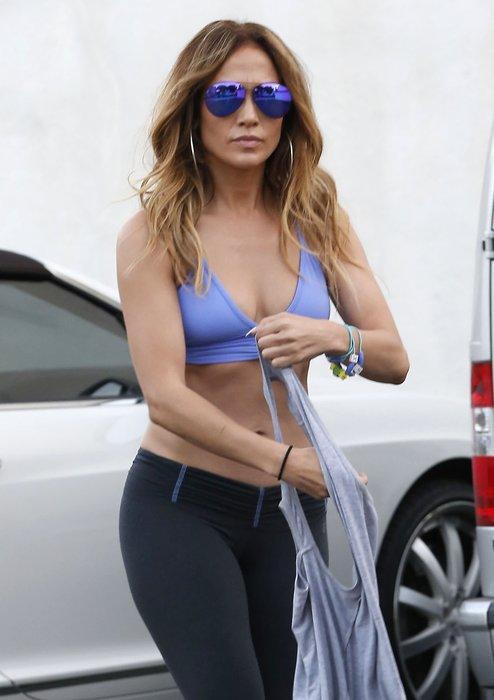 Jennifer Lopez karın kaslarını gösterdi