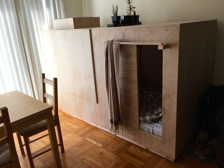 2,5 metrekarelik tahtadan bir odada yaşıyor