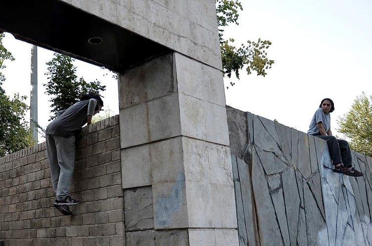Yer çekimine meydan okuyan İranlı kızlar
