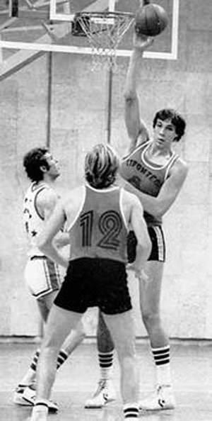 Dünyanın en uzun basketbolcusu öldü