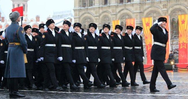 Binlerce Rus askeri Kızıl Meydan'da yürüdü