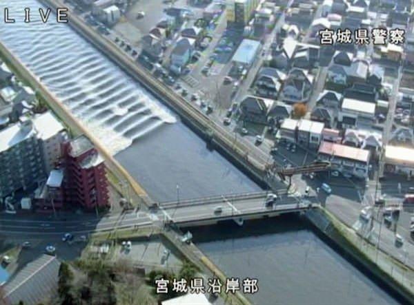 Japonya'da büyük depremden sonra tsunami