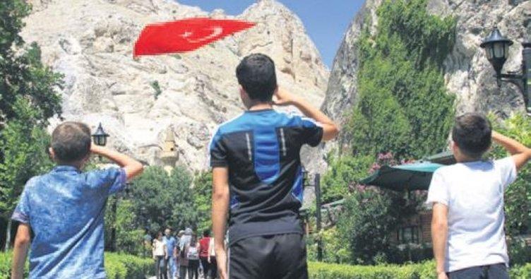 Kanyonda Türk bayrağına selam