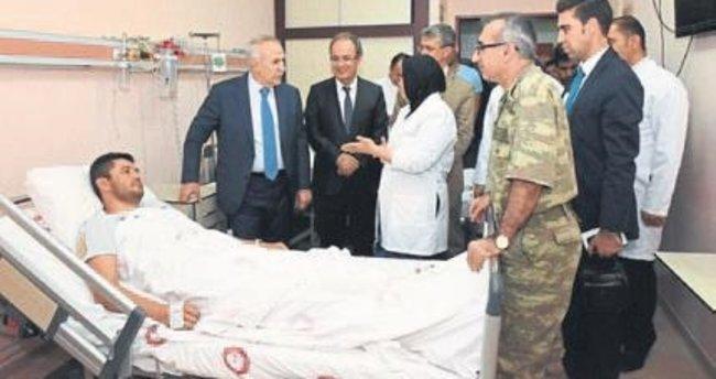Vali Erdal Ata'dan yaralı askere ziyaret