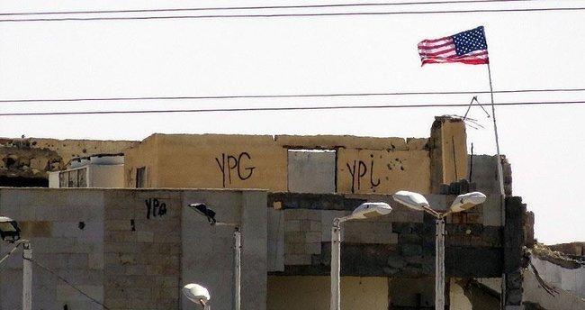 PYD 'karargahı'ndaki ABD bayrağı yerinde duruyor