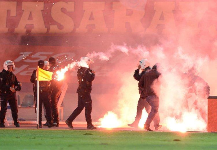 Türkiye Kupası final maçında sahaya meşale yağdı