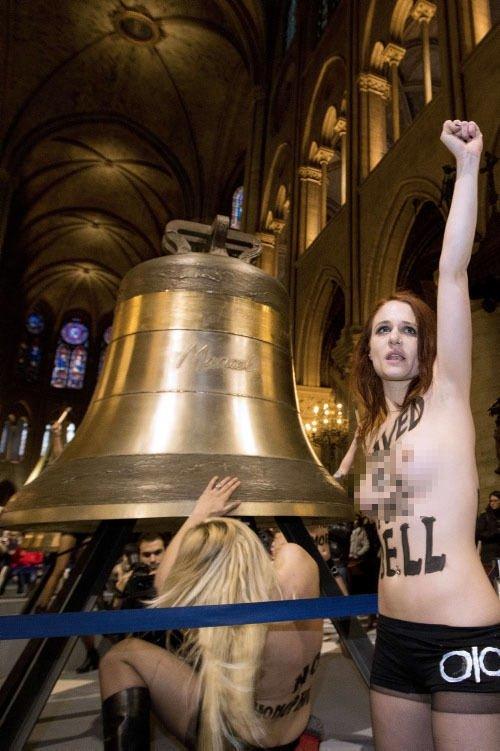 FEMEN kızları kilise bastı!