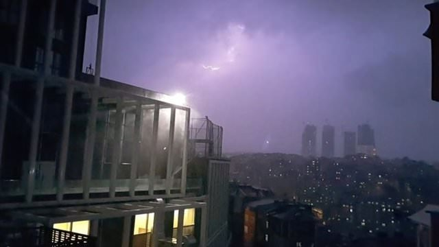 İstanbul'da şimşekler geceyi aydınlattı