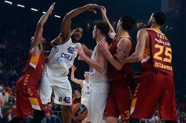 Maçın hakemleri Galatasaray taraftarını çıldırttı!