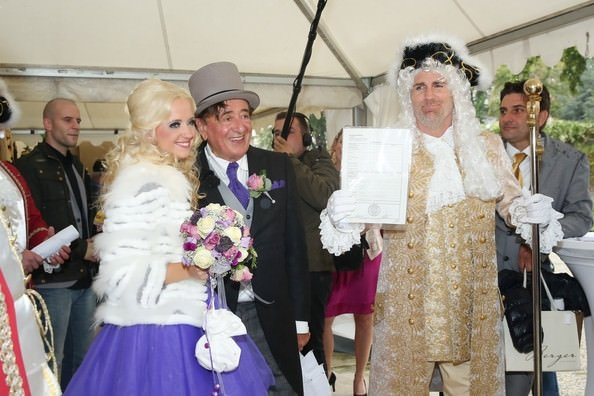 81 yaşında Playboy modeli ile evlendi