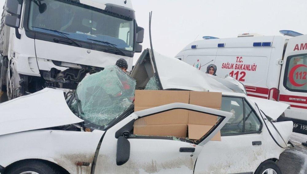 Otomobille tır çarpıştı: 3 ölü