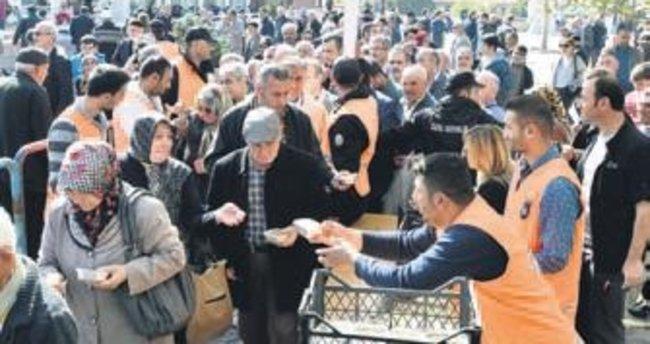 Hacı Bayram'da cuma sonrası aşure dağıtıldı