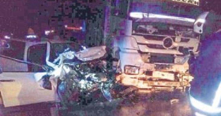 Kamyonla otomobil çarpıştı: İki ölü