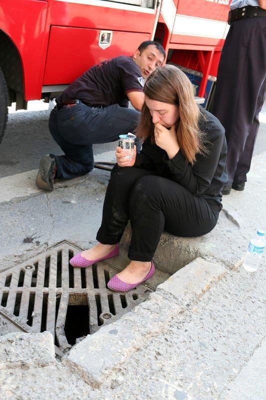 Ayağı mazgala sıkışan genç kızın zor anları