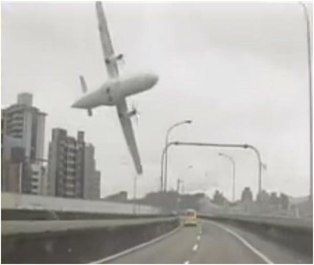 Tayvan'da uçak düştü