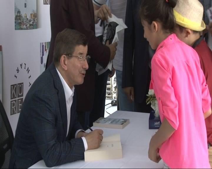 Ahmet Davutoğlu Beyazıt'ta kitabını imzaladı