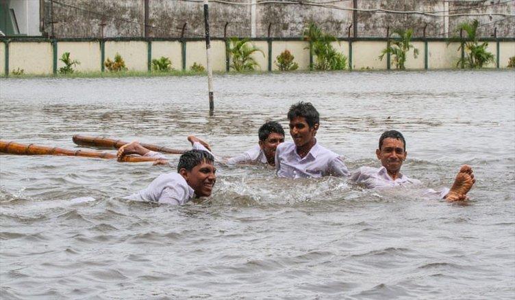 Sular altında kaldılar