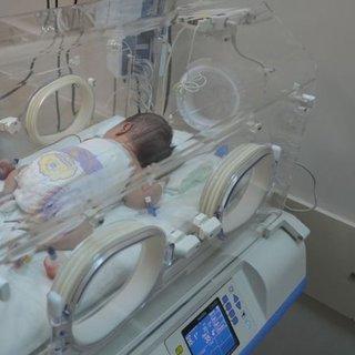 Yeni doğan bebeğe omurilik ameliyatı