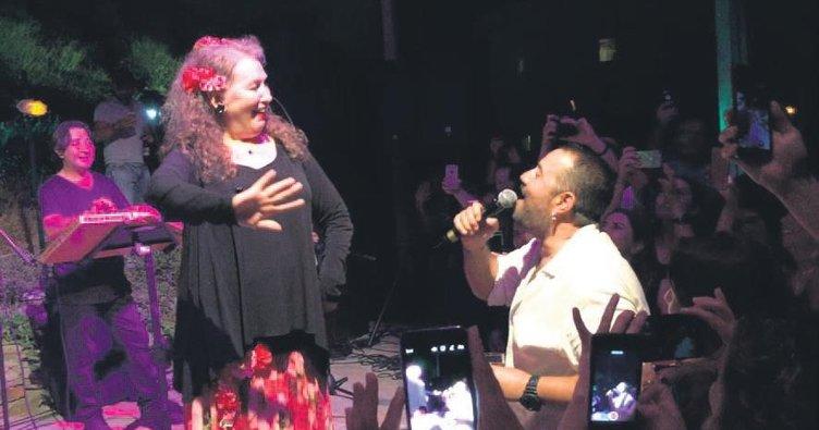 Ata Demirer'den Rumca şarkılar